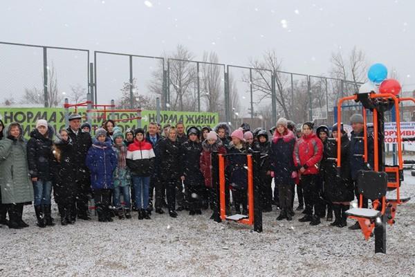 В городе Шахты в снегопад открыли спортивную площадку